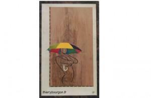 Ligne de femme cambrée tenant un parapluie encadrement décalé