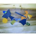 Des formes géométriques de couleurs différentes avec incrustation de cd roms s'entrecroisent et flottent dans l'espace.
