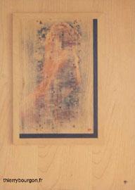 Une fille pose nue, très sensuelle et est recouverte par un voile de bois. Ponçage jusqu'à la perce.