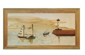 Trois bateaux rentrent au port : deux à voile et un à moteur. On voit un phare sur le quai.